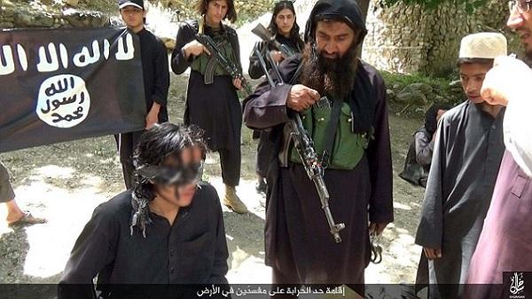 تصاویر/ قطع دست و پای یک سارق بوسیله داعش!