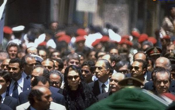 پوشش فرح دیبا در تشییع محمدرضا پهلوی +تصاویر