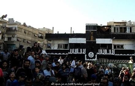تصاویر/اعدام فرد مجنون توسط داعش